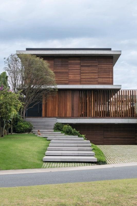 casa com fachada de madeira e escada