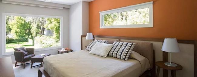 cor terracota na parede do quarto
