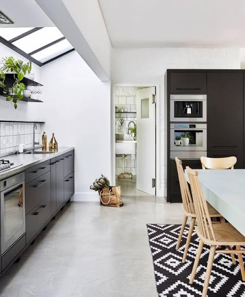 cozinha pequena com iluminação zenital