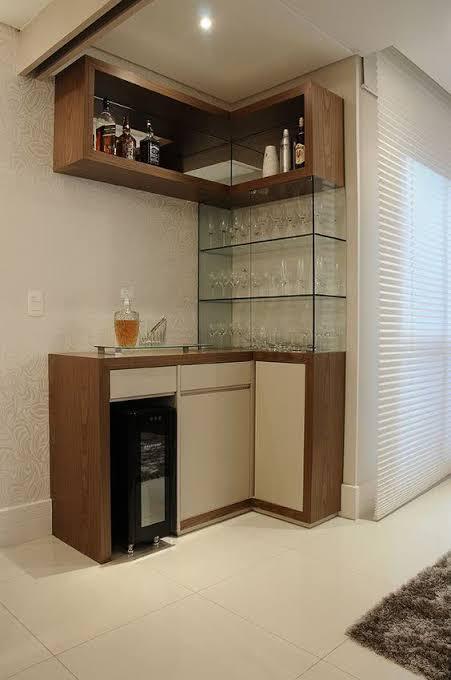 cristaleira de vidro suspensa com madeira