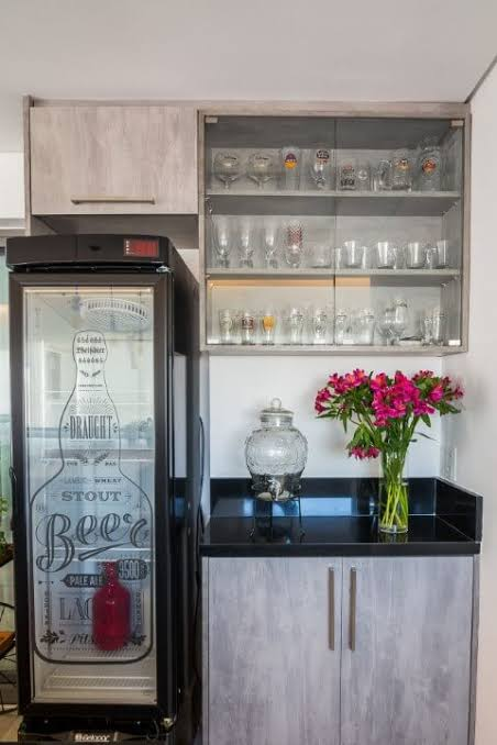cristaleira de vidro suspensa no bar