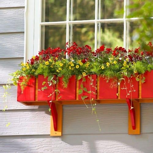 floreira de madeira colorida em janela