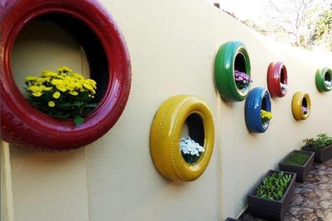floreiras coloridas de pneu
