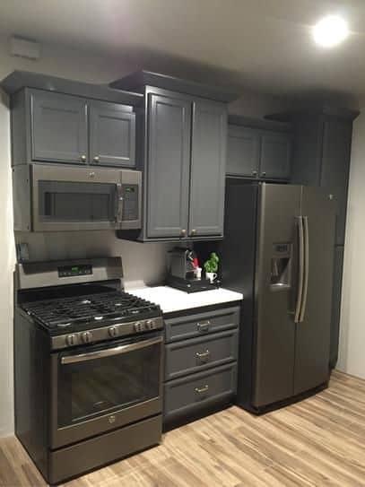 geladeira preta com duas portas