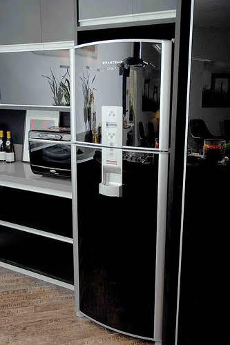 geladeira preta com porta de vidro