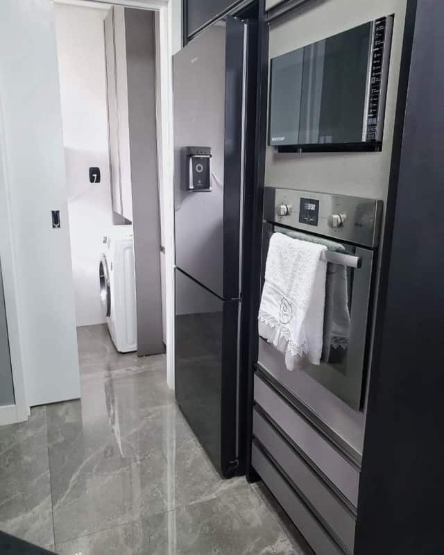 geladeira preta em cozinha industrial