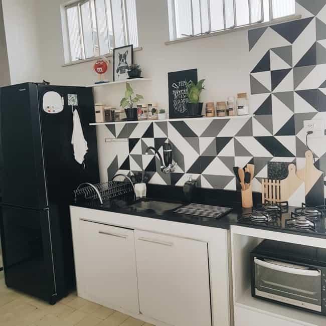 geladeira preta em cozinha moderna