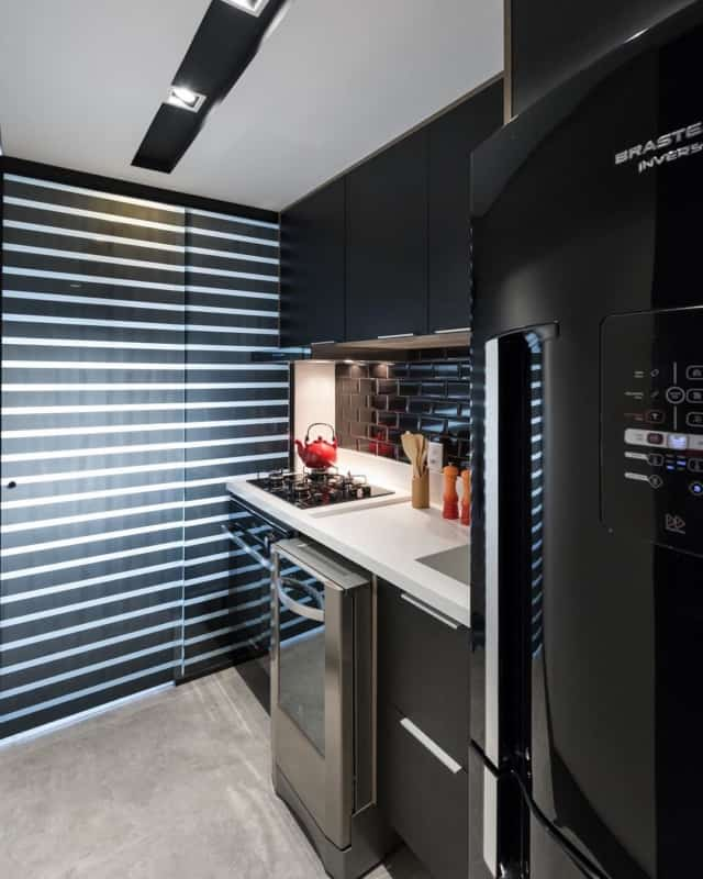 geladeira preta em cozinha planejada
