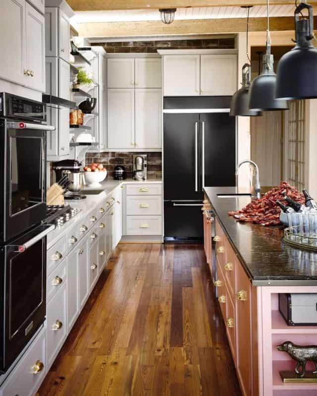 geladeira preta em cozinha