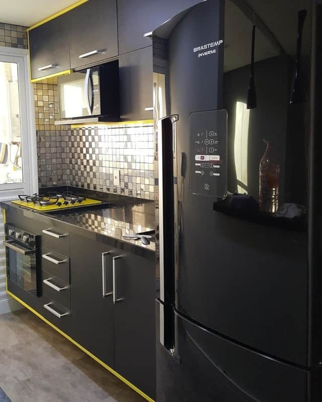geladeira preta em cozinhas