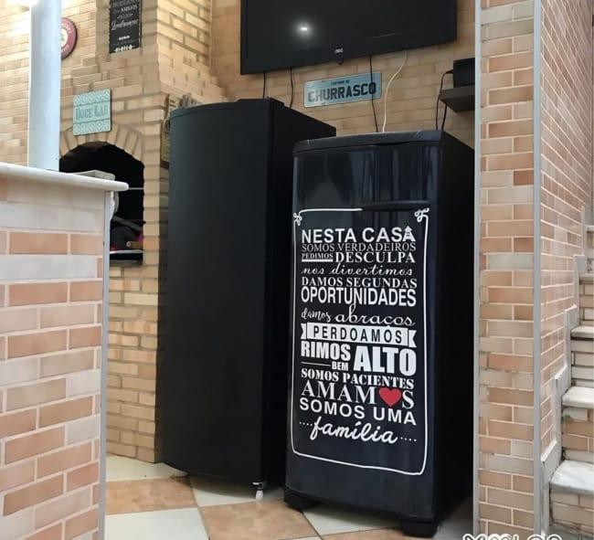 geladeira preta envelopada em churrasqueira