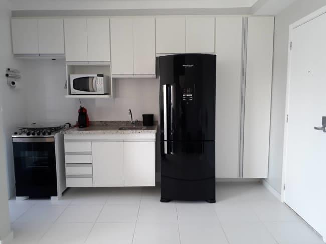 geladeira preta espelhada minimalista