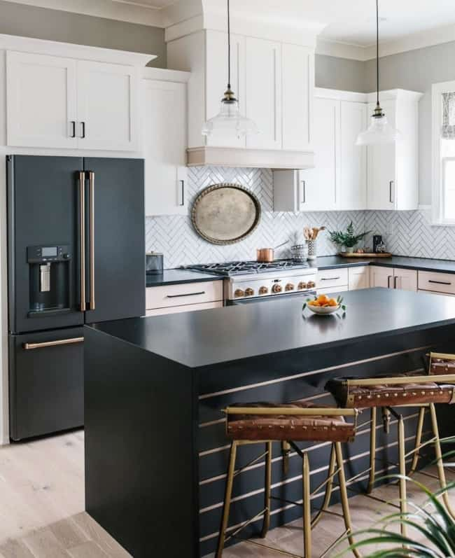 geladeira preta na cozinha