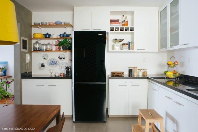 geladeira preta pequena e compacta