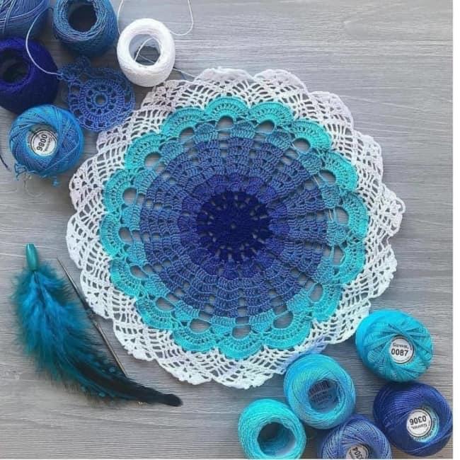 guardanapos de crochê redondo azul e branco