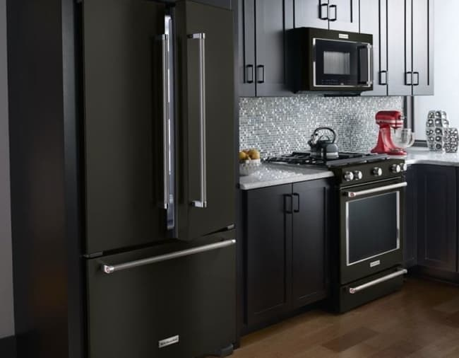 linda geladeira preta com duas portas