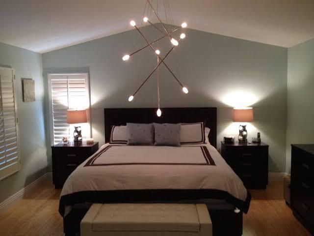 linda luminária de teto no quarto