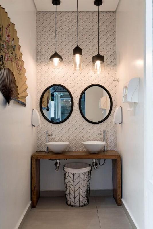 luminária de teto em banheiro