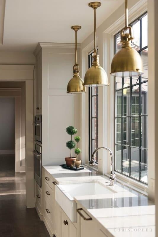 luminária de teto em cozinha industrial