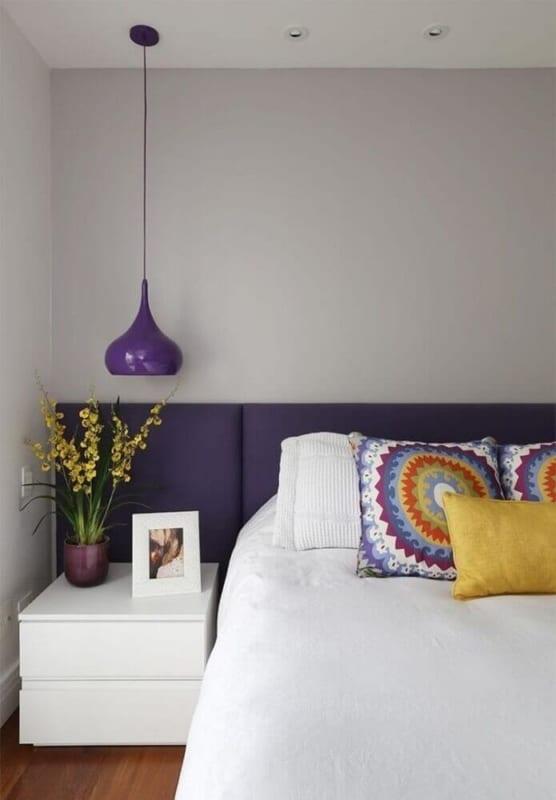 luminária de teto roxa no quarto