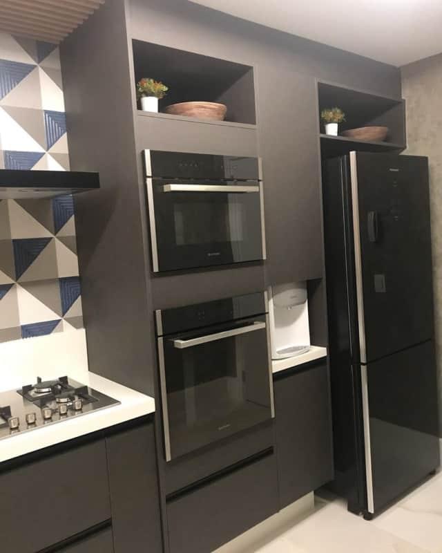 moderna geladeira preta em cozinha