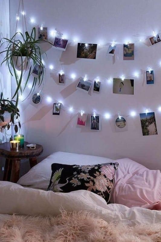 painel e varal de fotos no quarto