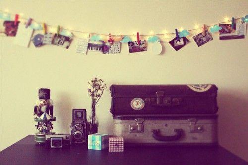 pequeno varal de foto no quarto