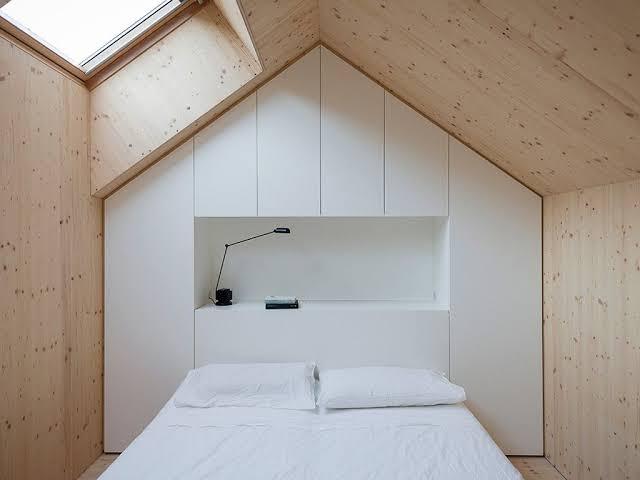 quarto pequeno com iluminação zenital