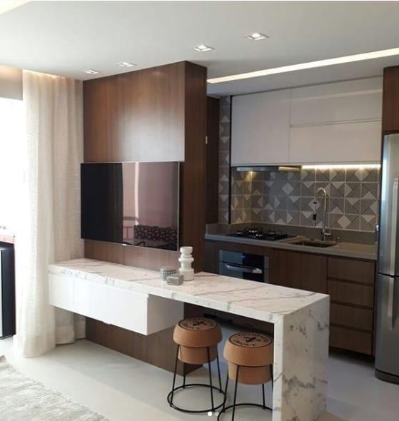 cozinha com bancada de mármore branco