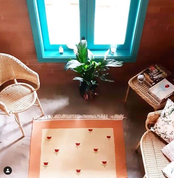 sala decorada com vaso de planta