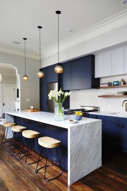 cozinha planejada com armários azul