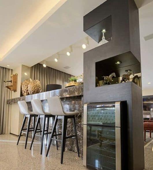 cozinha americana com mármore marrom