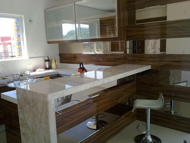 cozinha pequena e planejada com mármore