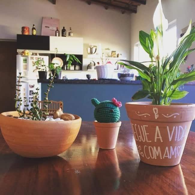 decoração simples com vaso de lírio da paz