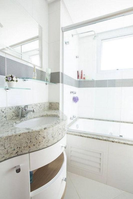 banheiro com granito claro