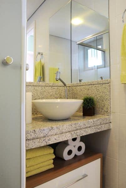banheiro pequeno com bancada de granito claro