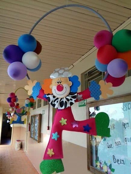 decoração criativa para teto de escola