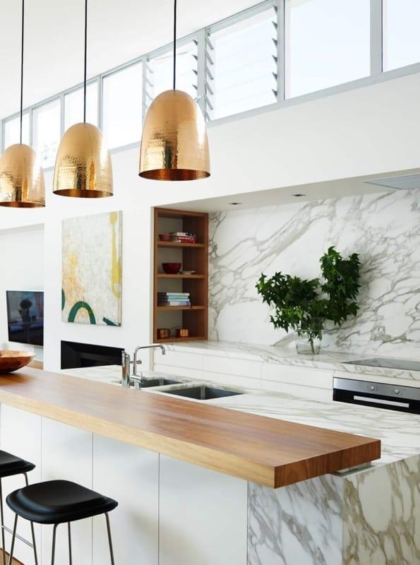cozinha moderna com revestimento em mármore