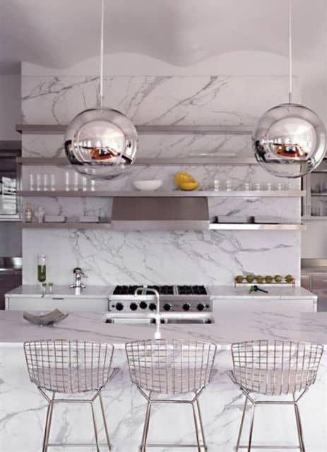 cozinha com bancada de mármore carrara