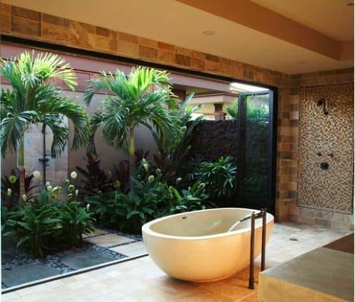 banheiro com saída para jardim de inverno