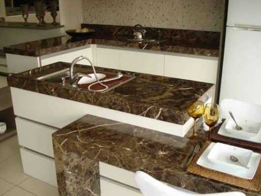 cozinha com bancada de mármore marrom