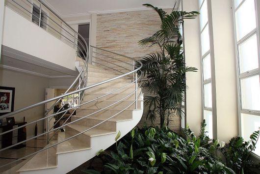 jardim de plantas embaixo da escada
