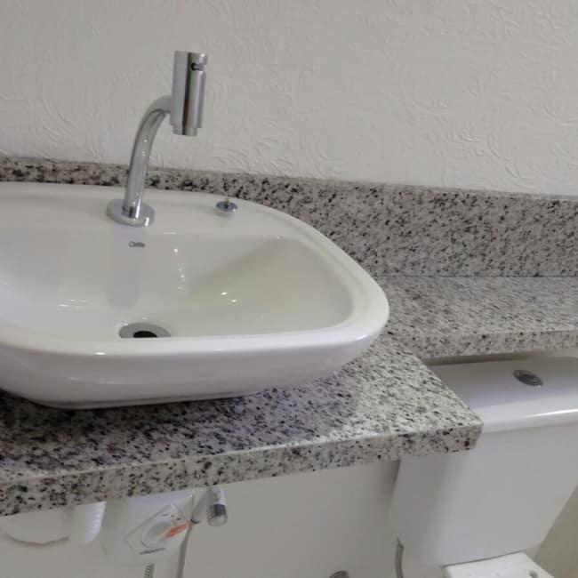 banheiro pequeno com bancada de granito