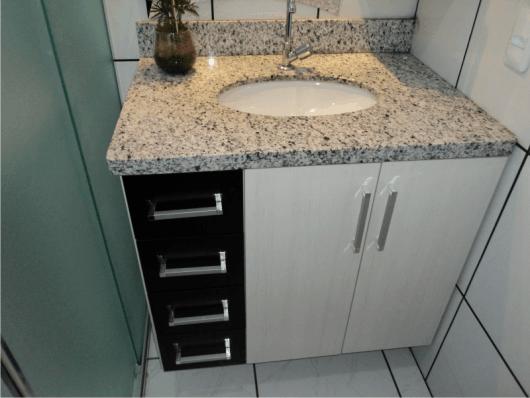 banheiro simples com bancada de granito