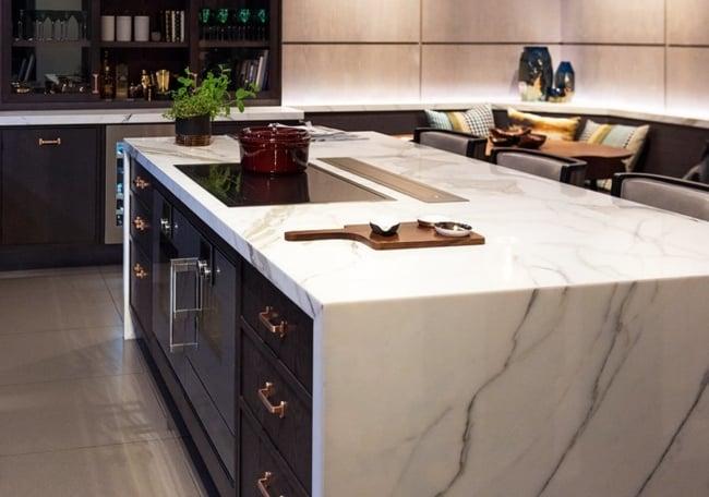 ilha de mármore com cooktop de indução