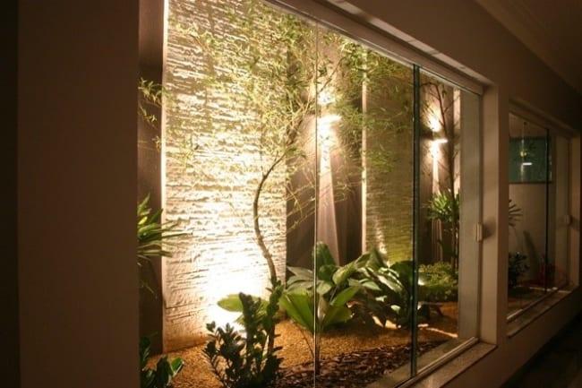 jardim de inverno com plantas e iluminação