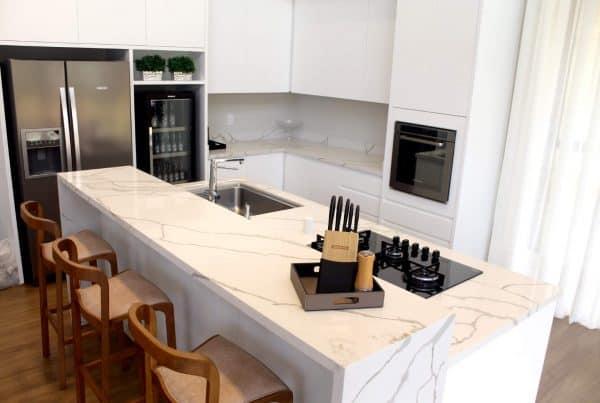 cozinha com ilha e fogão cooktop