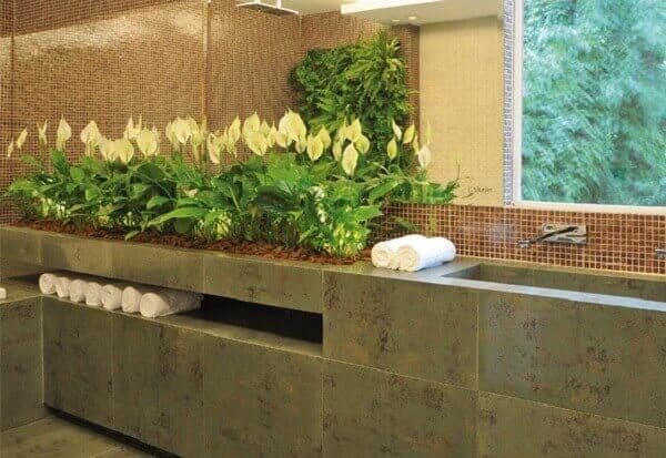 jardim interno no banheiro com lírio da paz
