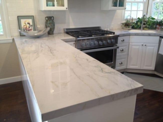 cozinha com fogão embutido na bancada de mármore