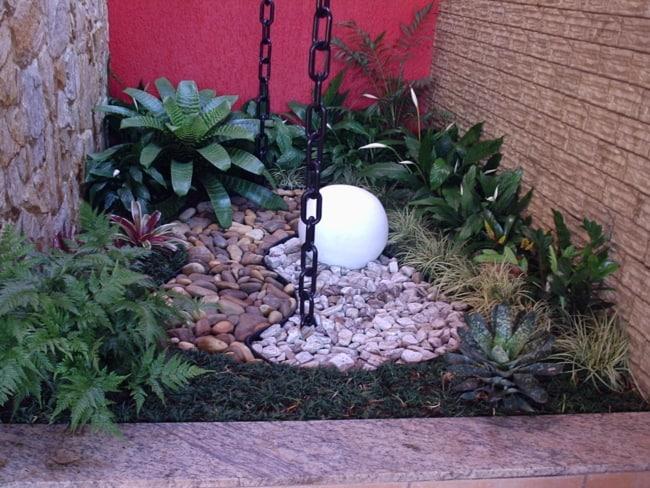 jardim de inverno pequeno com lírio da paz